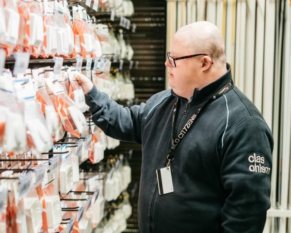 Produksjon og service - – Det beste er å hjelpe kundene, og så er det er kult å sitte i kassa, sier Hans Henrik Karlsen.